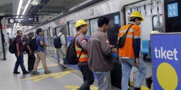 Jangan Norak, Ini 42 Aturan dan Larangan Saat Naik MRT 15
