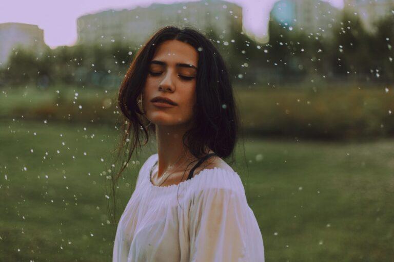 7 Tips Makeup Saat Musim Hujan 1