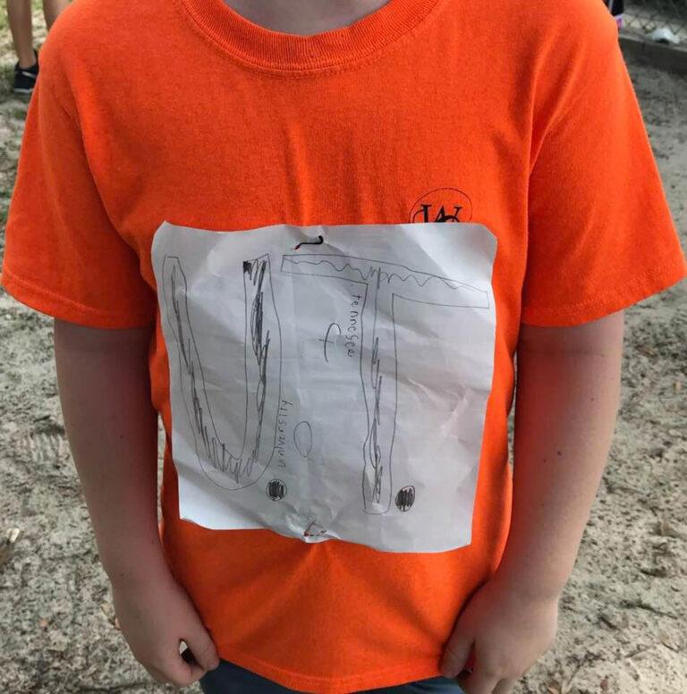 Salut, Seorang Anak Dibully Karena Desain Sendiri Baju Kaos Tetapi Pihak Kampus Malah Menjadikan Baju itu Sebagai Baju Resmi Untuk Kampusnya 1