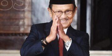 Presiden RI ke -3 BJ Habibie Meninggal Dunia, Warga Parepare Nyalakan Lilin di Monumen Cinta Habibie Ainun 22
