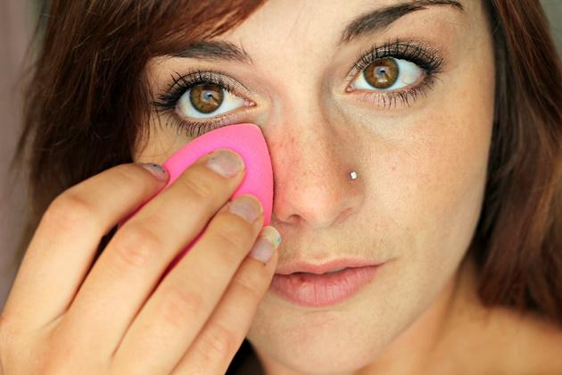 5 Kesalahan Saat Pakai Beauty Blender, Para Wanita Harus Tahu ! 5
