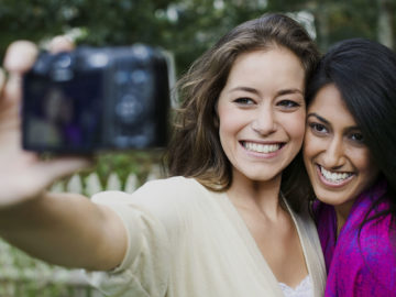 5 Tanda Hubungan Pertemananmu Sudah Berada di Tahap Paling Nyaman Untuk Saling Terbuka Satu Sama Lainnya 10