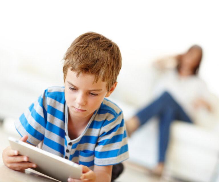 Bahaya, Inilah Pengaruh Buruk Jika Anak Sering Bermain Gadget 1