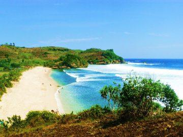 5 Pantai Pasir Putih Dengan Pemandangan Paling Indah di Indonesia, Nggak Nyesal Kalau ke Sini 13