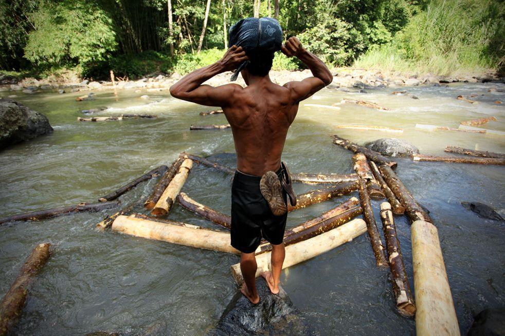 Suku Badui mandi