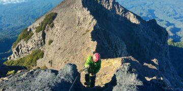 5 Gunung Tertinggi Di Pulau Jawa, Tantangan Untuk Kalian Para Pendaki 17