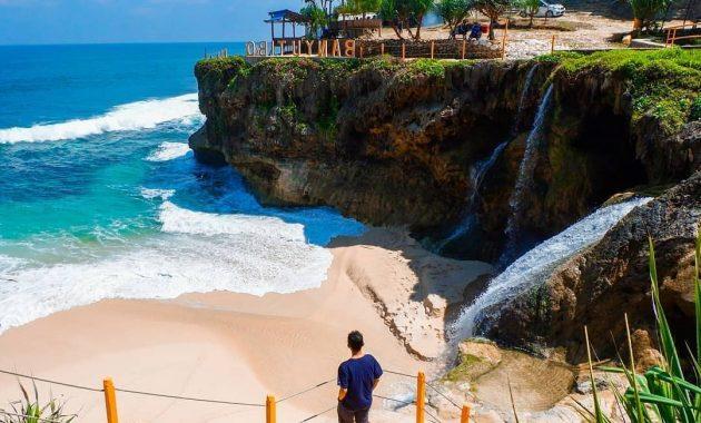 5 Pantai Terbaik Di Pulau Jawa 4