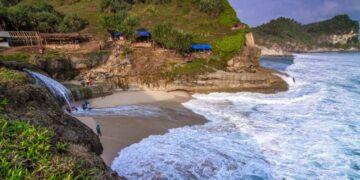 5 Pantai Terbaik Di Pulau Jawa 26