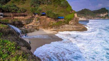 5 Pantai Terbaik Di Pulau Jawa 10
