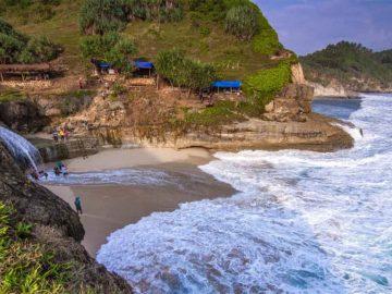 5 Pantai Terbaik Di Pulau Jawa 6