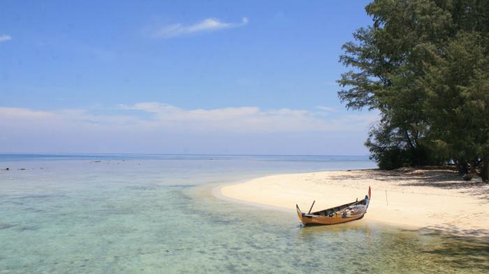 5 Pantai Terbaik Di Pulau Jawa 7