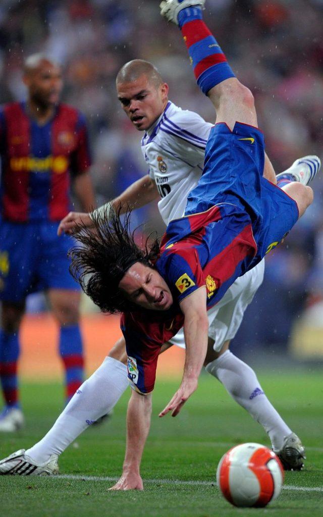 7 Pemain Sepakbola yang Terkenal Barbar, Berani Lawan? 6
