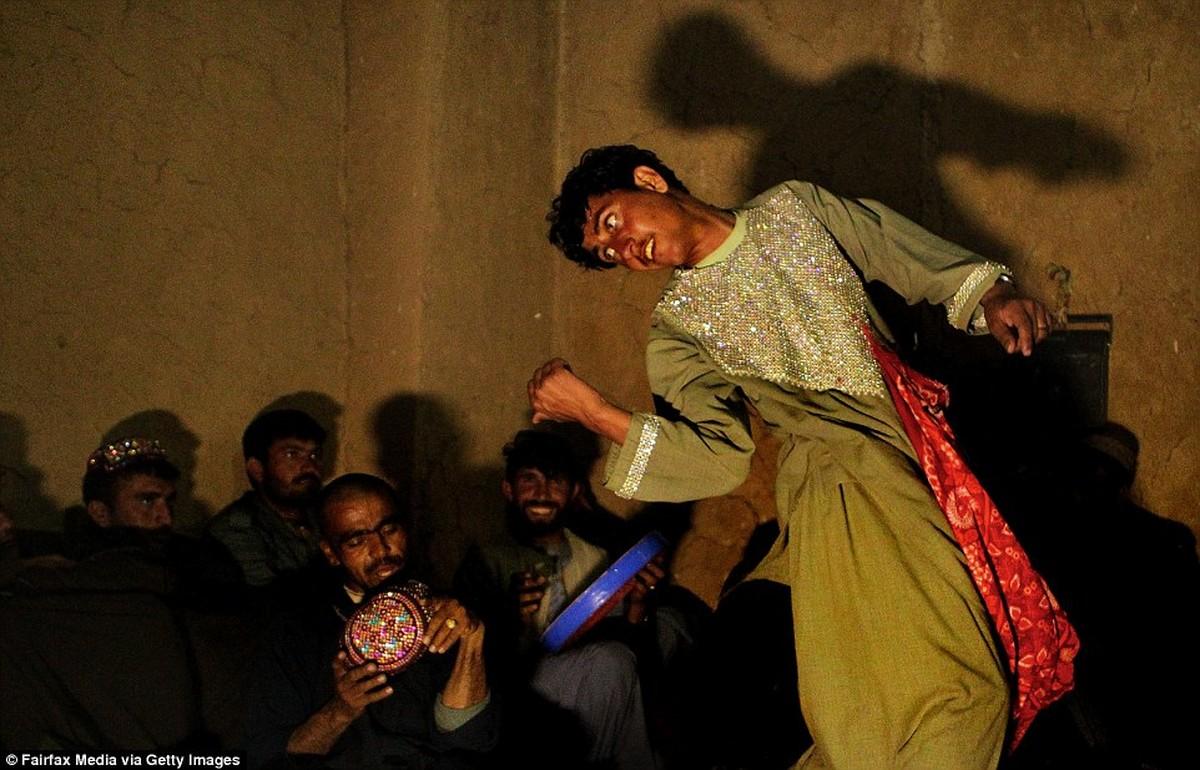 Apakah ada kemiripan antara praktek Boneka Mampang dengan Bacha Bazi di Afghanistan? 3