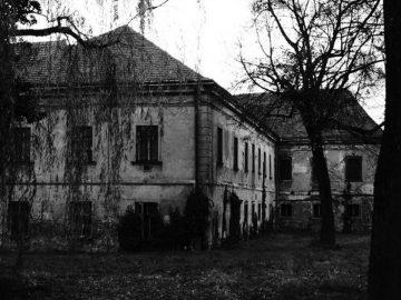 Rumah Tua Yang Berhantu 9