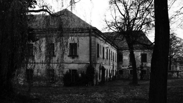 Rumah Tua Yang Berhantu 1