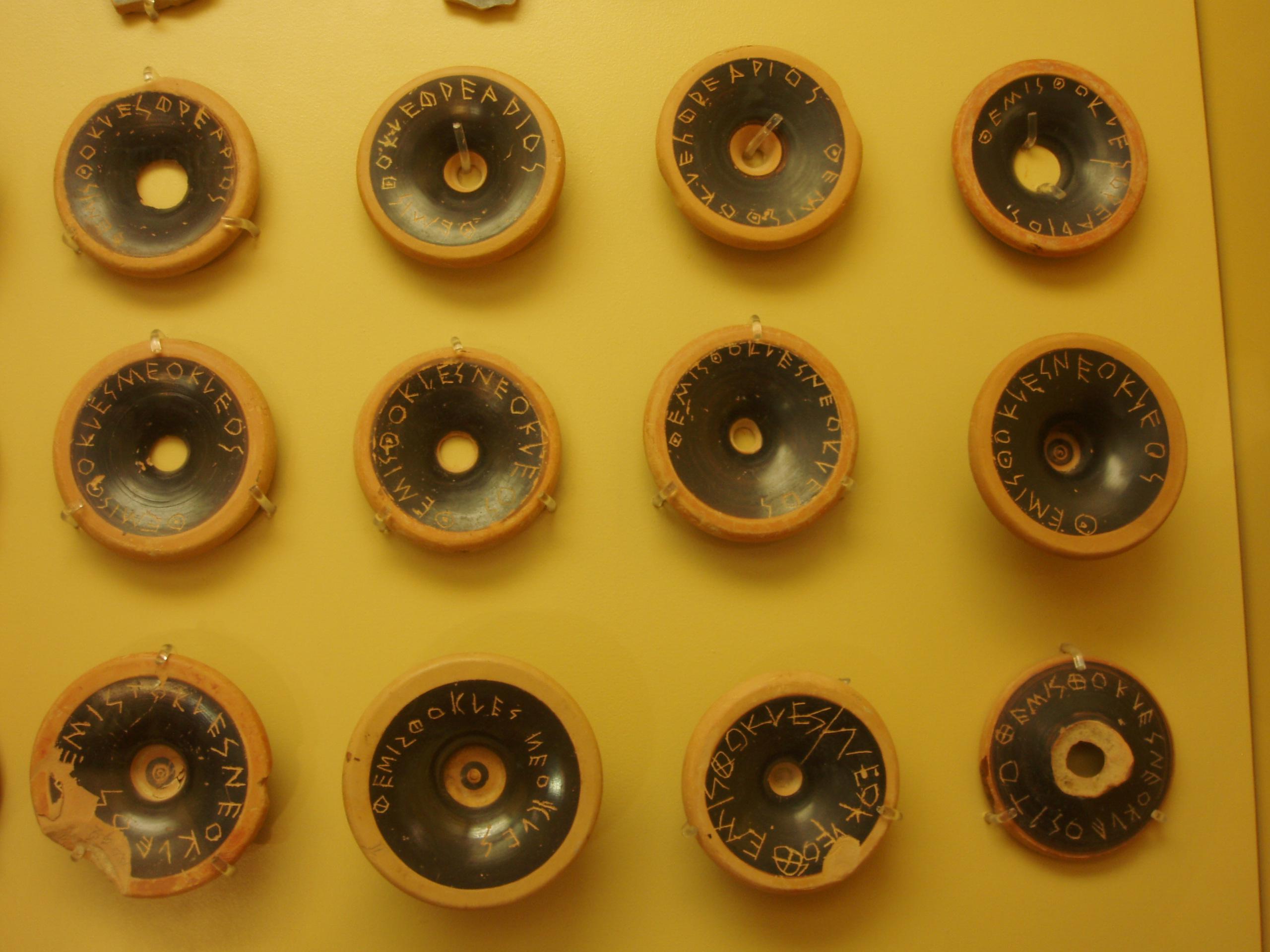 Ostraka (Kumpulan dari beberapa Ostrakon) yang digunakan untuk pemilu Ostrakisme