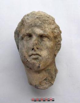 Patung kepala yang ditemukan di situs Pertempuran Salamis