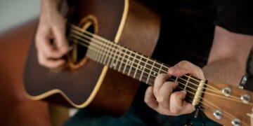 Alasan Pria yang Bisa Main Gitar Itu Keren 15