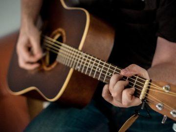 Alasan Pria yang Bisa Main Gitar Itu Keren 1
