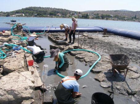 Tim akeolog di situs Pertempuran Salamis