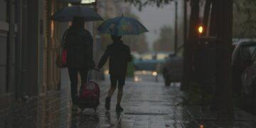 Ibu dan Anak Penunggu Hujan 16