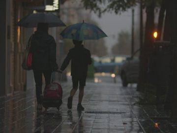 Ibu dan Anak Penunggu Hujan 13