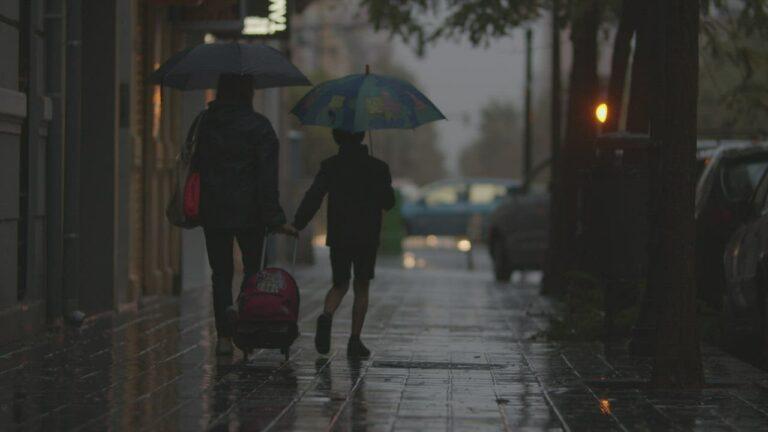 Ibu dan Anak Penunggu Hujan 1