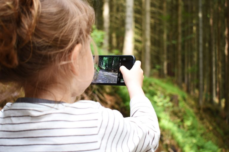 Anak Kecanduan Bermain Handphone? Begini Solusinya! 1