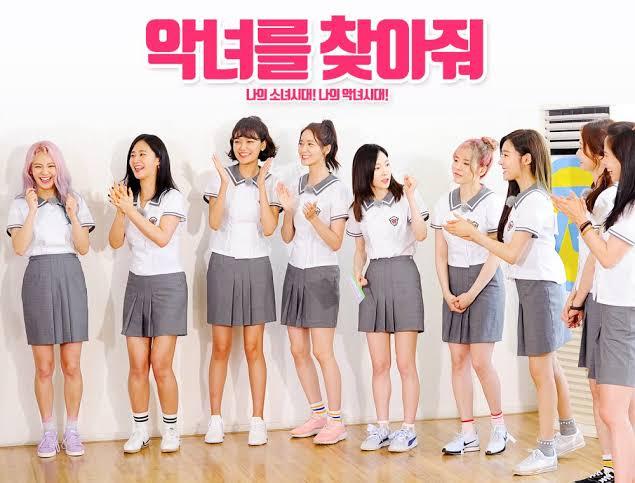 Ji Hyo dan So Min juga gak kalah gaya dengan SNSD dalam seragam sekolahnya...