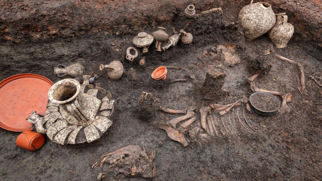 Lubang Pemakaman yang menampung sisa - sisa balita, anjing dan barang barang berukuran sekitar 3,2 kaki (1 meter) kali 6,5 kaki (2m).  (gambar :© Denis Gliksman / Inrap)