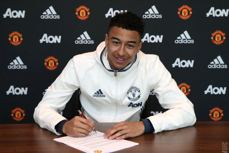 Lingard saat menandatangani kontrak baru dengan MU