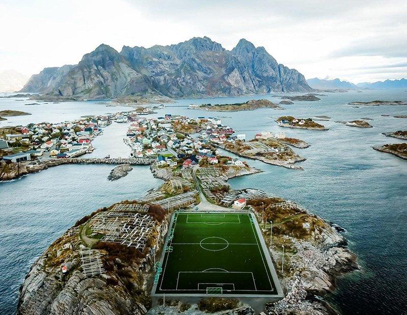 Stadion berada di tengah-tengah karang