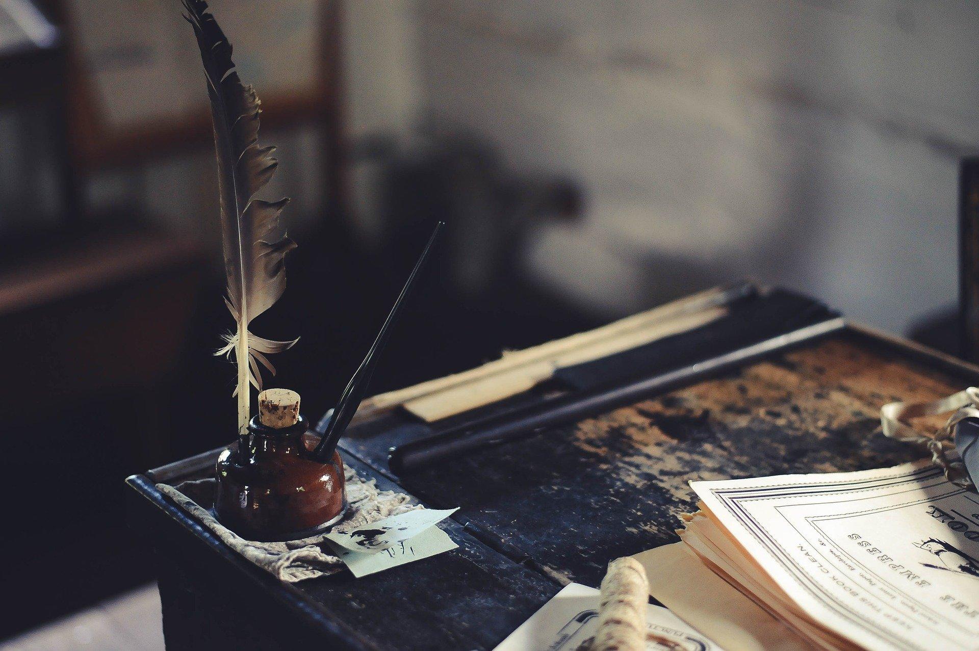 Sumber :https://pixabay.com/id/photos/meja-tulis-tinta-pendidikan-kertas-1869579/