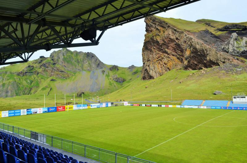 Stadion di dekat gunung berapi aktif