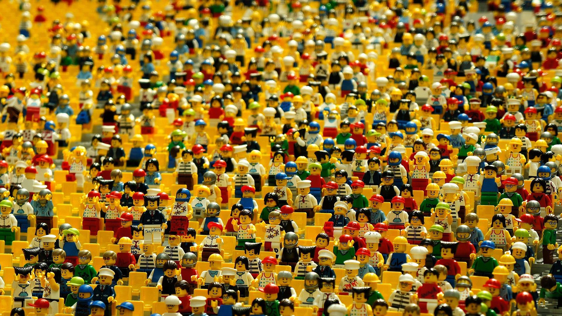 Sumber :https://pixabay.com/id/photos/lego-mainan-patung-kerumunan-1044891/