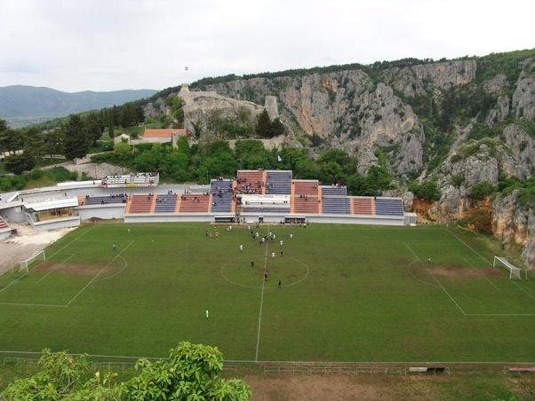 Stadion dibawah perbukitan