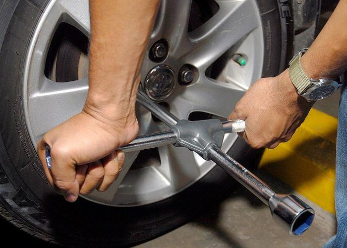 Kunci roda atau tool kit