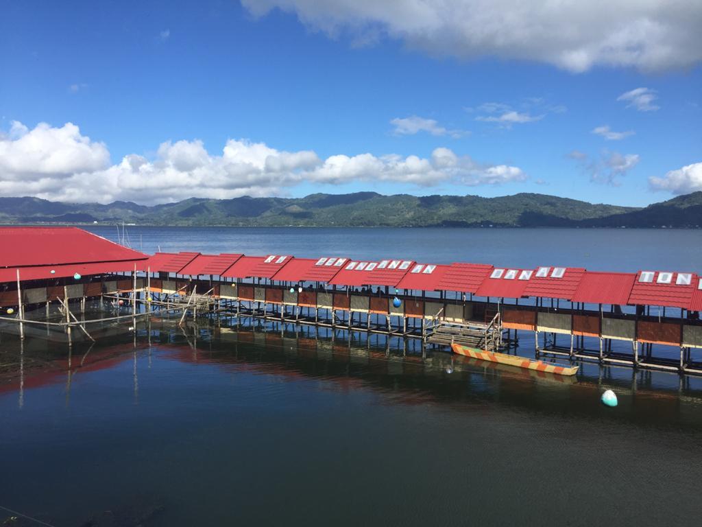 Pemandangan Danau Tondano di Minahasa, Sulawesi Utara, dengan penorama yang sangat luas, dikelilingi perbukitan nan hijau, nampak airnya yang berwarna biru menandakan jernihnya air di Danau Tondano. (sumber foto : beritadaerah.co,id/jerry)