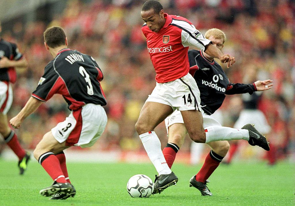 Thierry Henry pemain Arsenal saat melawan Manchester United pada tahun 2000