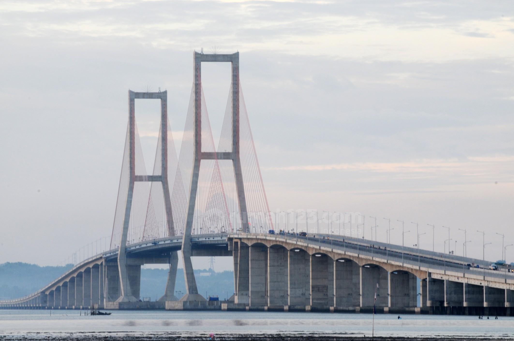 Jembatan Suramadu di waktu sore