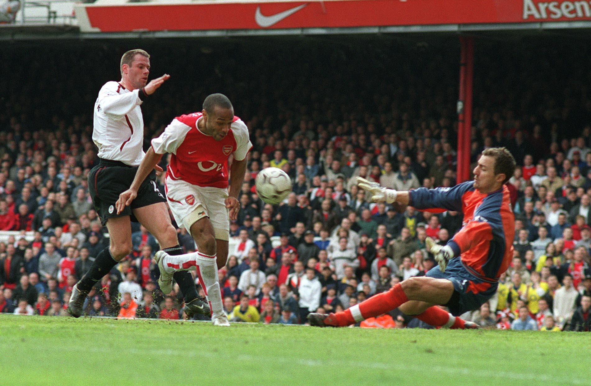 Henry saat mencetak gol ke gawang Liverpool pada tahun 2004
