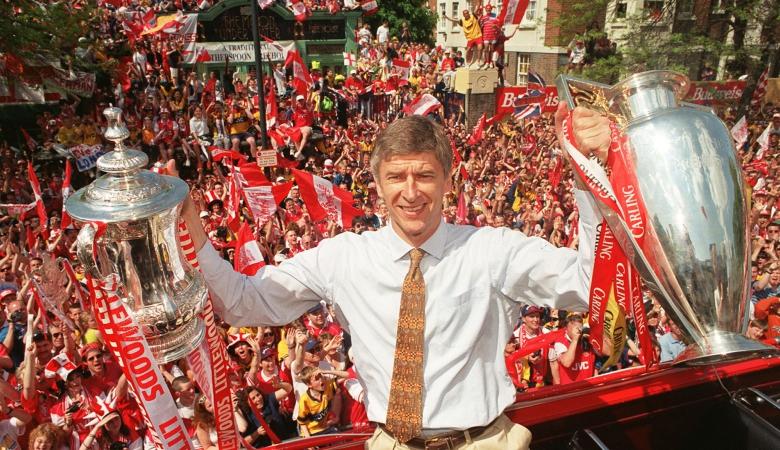 Arsene Wenger mengangkat dua trofi Arsenal