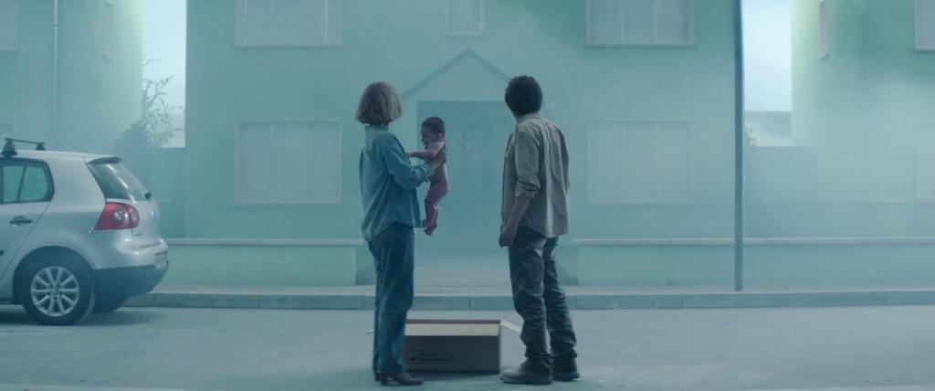 Tom dan Gemma menemukan bayi laki-laki di dalam kardus depan rumah mereka