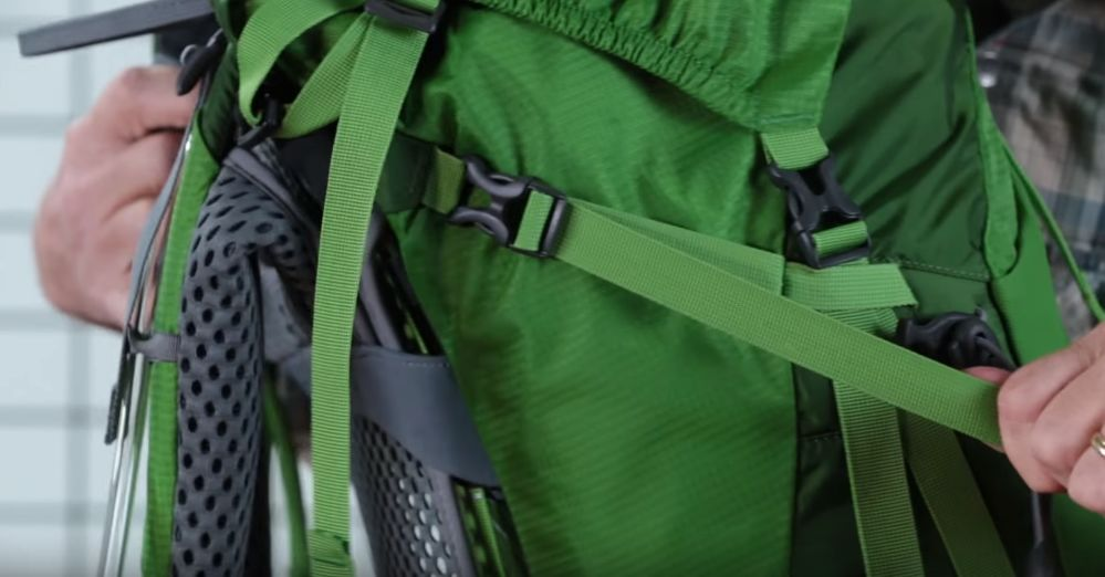 Setting kaitan beban carrier dengan benar, bisa sangat membantu membagi titik beban pada tubuh. (dok. IDN Times)