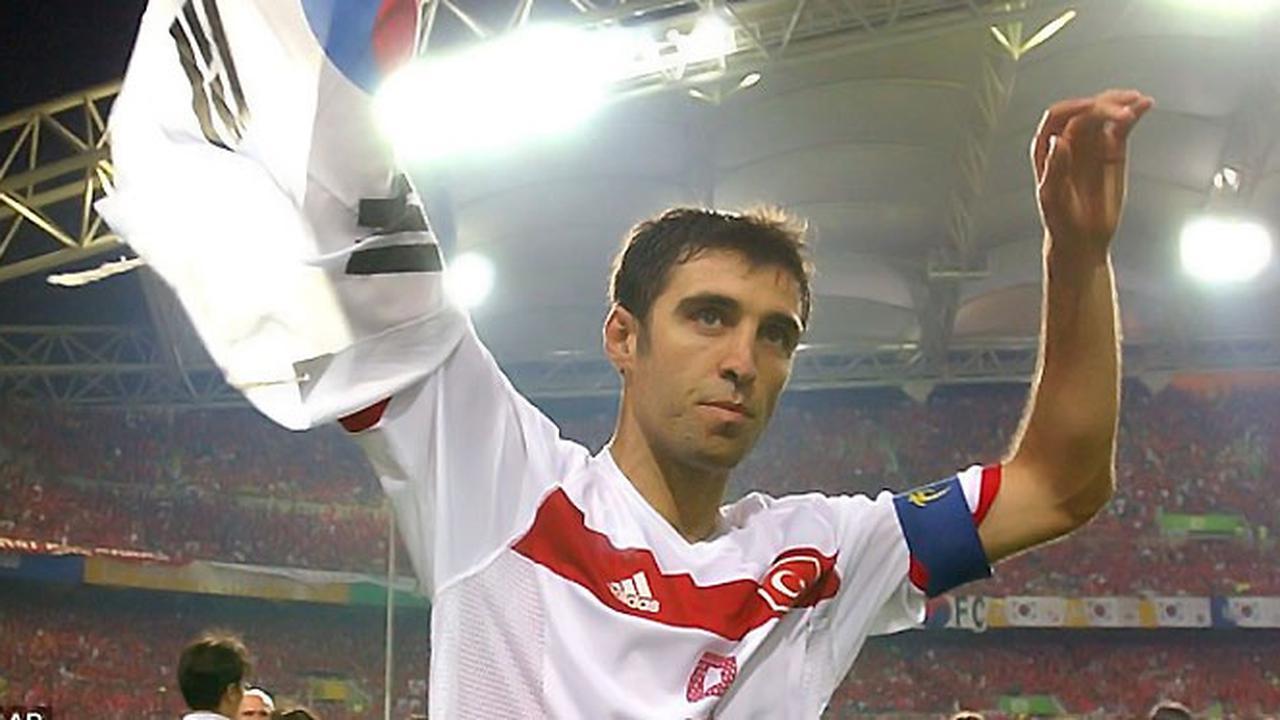 Hakan Sukur saat membawa tim nasional sepakbola Turki menjadi juara ketiga dalam Piala Dunia 2002 di Korea Selatan-Jepang. (dok. suluhsumatera)