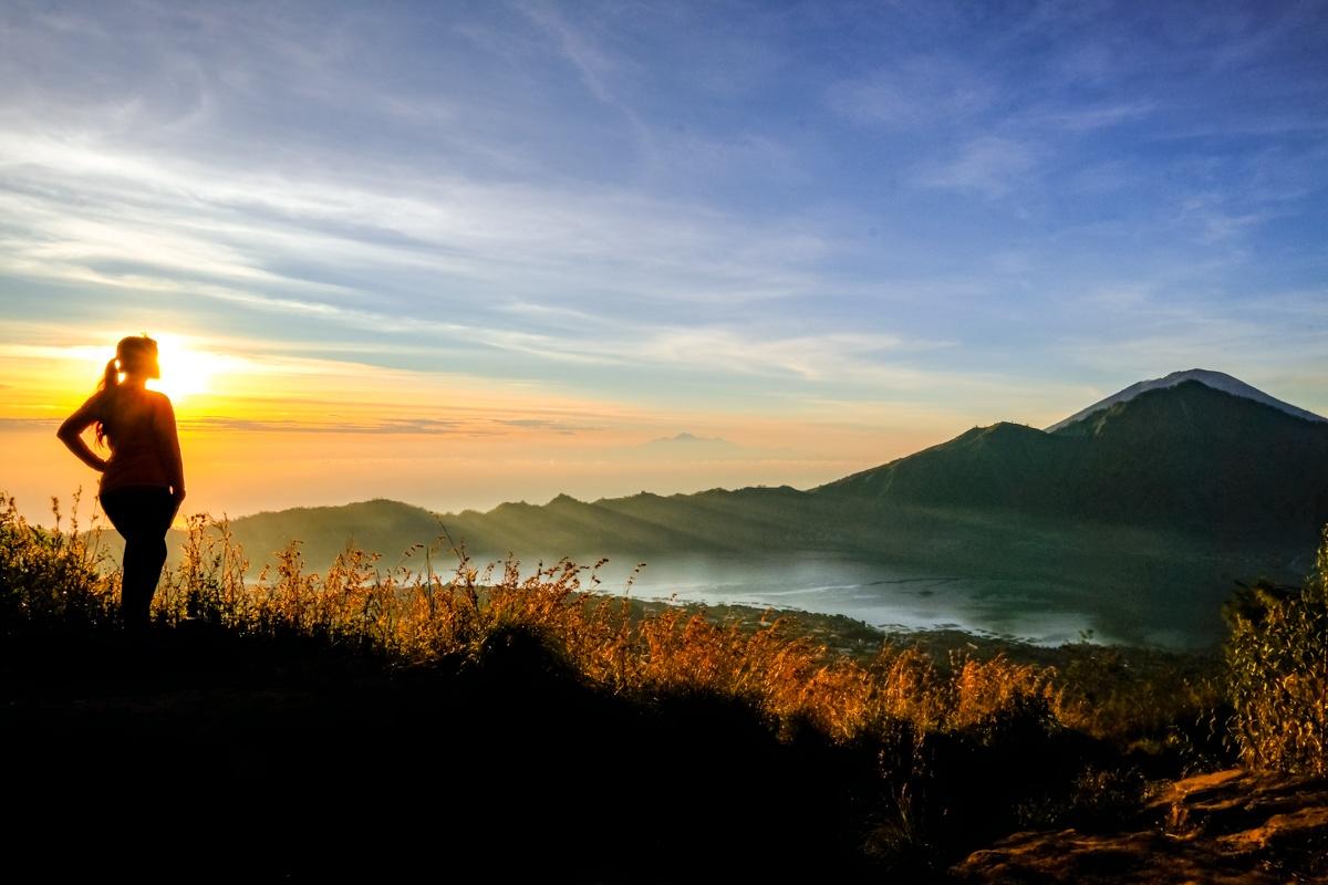 Mendaki gunung Batur tidak perlu keahlian tinggi namun pasti menyisakan salah satu kenangan terindah sepanjang hidup. (dok. travelguy)