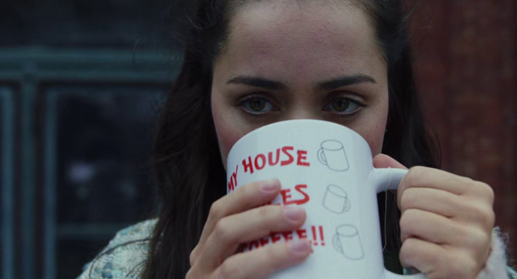 Marta minum dengan gelas milik Harlan sembari melihat kekacauan di keluarga Thrombey