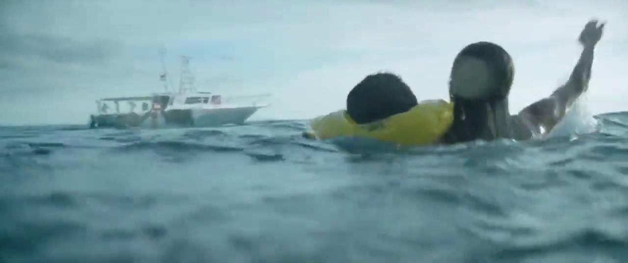 Jackson dan Sara meminta bantuan pada kapal yang lewat