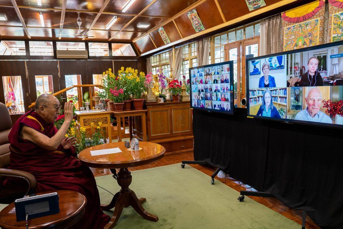 Dalai Lama dalam pertemuan online dengan para saintis. sumber: dalailama.com