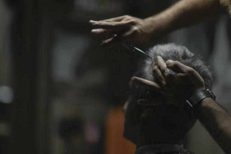 Tukang Cukur Depan Pasar Merupakan Oase Dari Pasar Itu Sendiri 1
